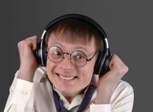 L'uomo nei vetri ascolta emozionalmente la musica immagine stock libera da diritti