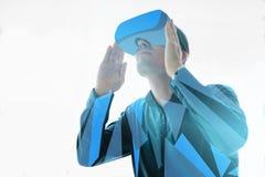 L'uomo nei vetri di realtà virtuale Il concetto delle tecnologie moderne e delle tecnologie del futuro Vetri di VR Fotografie Stock