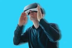 L'uomo nei vetri di realtà virtuale Il concetto delle tecnologie moderne e delle tecnologie del futuro Vetri di VR Immagini Stock