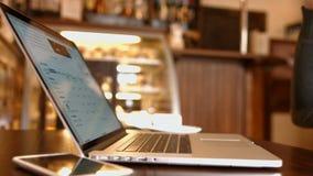 L'uomo nel caffè ha letto la borsa valori di notizie ed il caffè bevente video d archivio