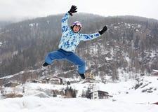L'uomo nel casco del pattino e nel vestito di sport salta Immagini Stock Libere da Diritti