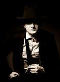 L'uomo nel gangster del Chicago di stile con il sigaro immagine stock libera da diritti