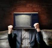 L'uomo nel vestito con il cervello ha lavato la TV immagini stock