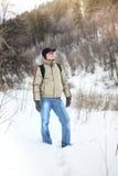 L'uomo nella foresta di inverno Immagini Stock