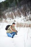 L'uomo nella foresta di inverno Fotografia Stock