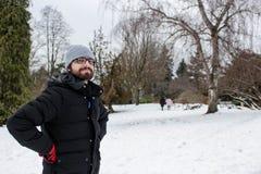 L'uomo nella neve, con l'inverno copre immagine stock libera da diritti