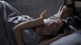 L'uomo nervoso nasconde il cellulare quando la moglie sveglia video d archivio