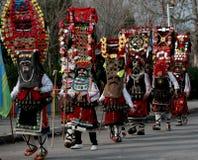 L'uomo non identificato in costume tradizionale di Kukeri è visto al festival dei giochi Kukerlandia di travestimento in Yambol,  immagine stock libera da diritti