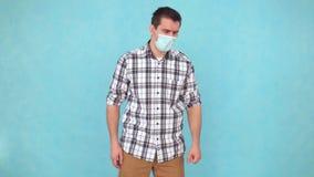 L'uomo non sano in una maschera medica tossisce stock footage