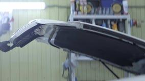 L'uomo o il meccanico chiude il cappuccio dell'automobile Servizio del veicolo e concetto di manutenzione videoripresa di 4K UHD, archivi video