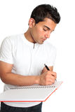 L'uomo o l'allievo scrive in un taccuino Fotografie Stock Libere da Diritti