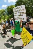 L'uomo ostacola il segno che cammina a Atlanta marzo per scienza Fotografia Stock Libera da Diritti