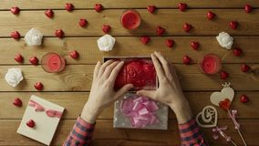 L'uomo ottiene il cuore umano di plastica come festa sconosciuta presente da una vista più sconosciuta e superiore stock footage