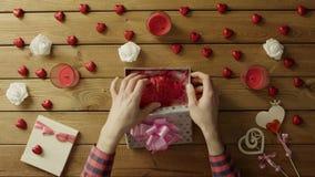 L'uomo ottiene il cuore umano di plastica come festa sconosciuta presente dal suo amico, vista superiore archivi video