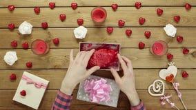 L'uomo ottiene il cuore umano di plastica come festa sconosciuta presente dal suo caro, vista superiore video d archivio