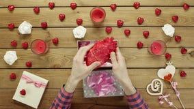 L'uomo ottiene il cuore umano di plastica come presente sconosciuto di festa, vista superiore stock footage