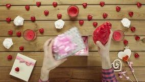 L'uomo ottiene il cuore umano di plastica come presente terrificante di festa, vista superiore archivi video