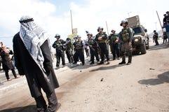 L'uomo palestinese confronta i soldati israeliani Fotografie Stock Libere da Diritti