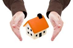 L'uomo passa a holding la piccola casa Fotografia Stock