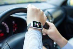 L'uomo passa l'orologio astuto di tocco con i apps delle icone dello schermo domestico Fotografie Stock Libere da Diritti