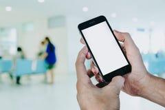 L'uomo passa lo Smart Phone della tenuta Fotografie Stock Libere da Diritti