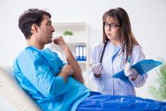 L'uomo paziente spaventato che si prepara per l'iniezione antinfluenzale Fotografia Stock Libera da Diritti