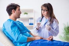 L'uomo paziente spaventato che si prepara per l'iniezione antinfluenzale Immagini Stock Libere da Diritti