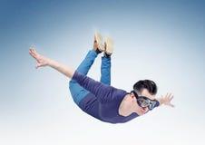 L'uomo pazzo negli occhiali di protezione sta volando nel cielo Salti dall'orbita fotografie stock libere da diritti
