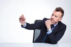L'uomo pensieroso di affari scrive con gesso Fotografia Stock