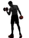 L'uomo pesa gli esercizi di allenamento dei costruttori di corpo Immagine Stock