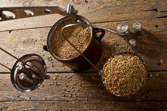 L'uomo pesa il malto per fare domestico della birra fotografie stock libere da diritti