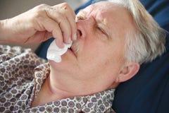 L'uomo più anziano soffre dal cattivo freddo Fotografie Stock