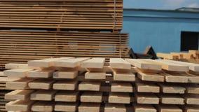 L'uomo piega le plance di legno Pile di plance di legno quadrate per i materiali della mobilia stock footage