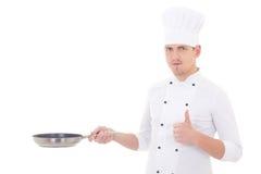 L'uomo in pollici dell'uniforme del cuoco unico aumenta e padella della tenuta isolata sopra Fotografia Stock Libera da Diritti