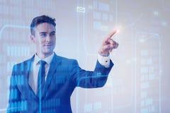 L'uomo positivo sta lavorando con l'interfaccia moderna del pannello Immagine Stock