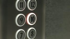 L'uomo preme un bottone il decimo pavimento in un elevatore archivi video