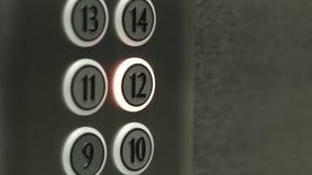 L'uomo preme un bottone il dodicesimo pavimento in un elevatore archivi video