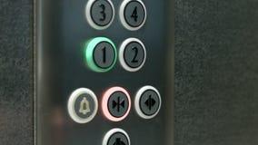 L'uomo preme un bottone il primo piano e le porte di chiusura di un elevatore del bottone archivi video