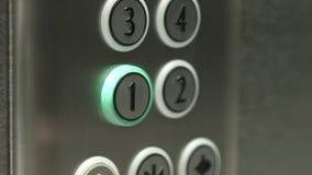 L'uomo preme un bottone il primo piano in un elevatore video d archivio