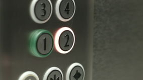 L'uomo preme un bottone il secondo piano in un elevatore video d archivio