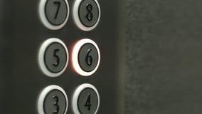 L'uomo preme un bottone il sesto pavimento in un elevatore video d archivio