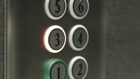 L'uomo preme un bottone il terzo pavimento in un elevatore stock footage