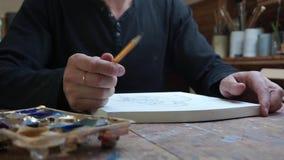 L'uomo prende una matita, pronta a disegnare, archivi video
