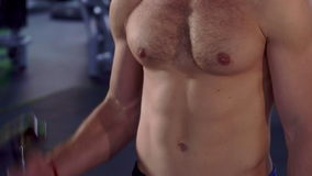 L'uomo prepara i suoi bicepses video d archivio