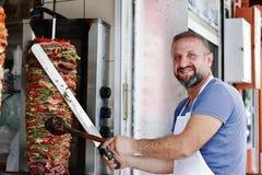 L'uomo prepara il kebab di Doner a Costantinopoli Fotografia Stock Libera da Diritti