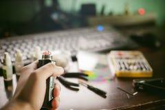 L'uomo prepara il succo saporito elettronico del vape del tabagismo della bobina Fotografie Stock Libere da Diritti