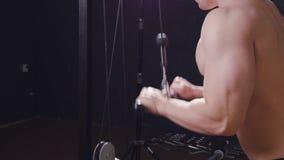 L'uomo prepara il tricipite nella palestra stock footage