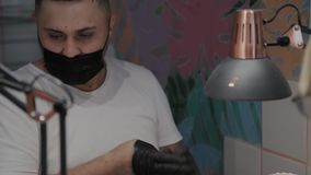 L'uomo professionale del manicure ha finito la procedura e rimuove i guanti video d archivio