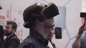 L'uomo prova la cuffia avricolare di realtà virtuale VR Esposizione di realtà virtuale, a Convention Center fotografie stock libere da diritti
