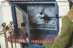 L'uomo pulisce il camino con la spatola Fotografie Stock Libere da Diritti